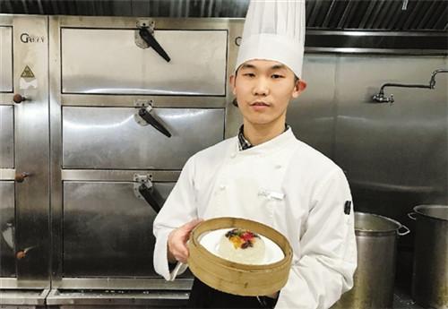 过年两位小伙子的不同选择,共同诠释了厨师的品质